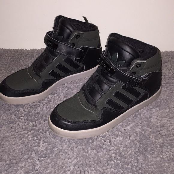 Adidas High Tops. Army green. US boys 6. EUR 38.